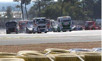 Tett kjøring og stor spenning på Le Mans. Jochen Hahn i MAN med nr. 1 i frontruten i fremste rekke.