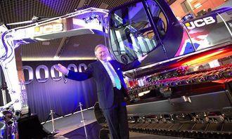 Eier og styreformann, Sir Anthony Bamford, foran millionmaskinen, en JS220 (22-tonns beltegraver). Maskinen har spesielt dekor og står i JCB-museet allerede.