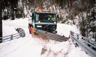 Det krever en rutinert sjåfør for å brøyte mange av våre fylkesveier, slik som denne veien til Åsbøgrenda i Numedal.