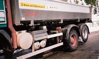 Tippramma er festet med hurtiglåser, slik at annet utstyr kan monters i en fart. Påbygget fra Sveis og Hydraulikk AS er funksjonelt og lett.