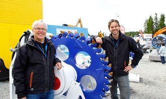 Far og sønn Skjetne ved et kuttehjul fra tyske Erkat, ERW 600, som har en kuttedybde opp til 1 meter og et dreiemoment på 21.000 Nm ved 350 bar.