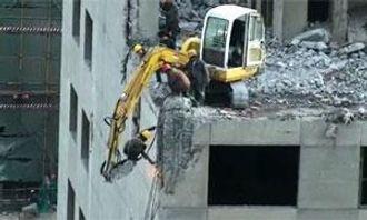 En kinesisk arbeider med lang vei ned til bakken.
