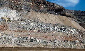 350.000 m3 sand i depot gjør en 70-tonns truck liten.