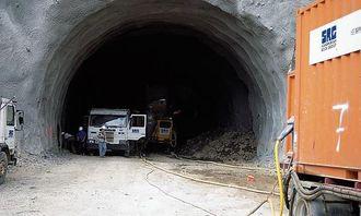 Foreløpig benyttes det aggregater (t.h.) for strømproduksjon til tunnelriggen fra AMV. Den er kommet 20 meter inn i fjellmassivet.