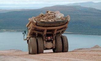 Det bærer utfor med 60 tonn i dumperkassa; nedover og nedover går det - gjennom godt doserte svinger.