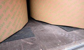 Papirrullen er plassert på en friksjonsmatte som øker friksjonen til langt over 0,5. I enkelte sammenhenger kan den være nyttig.