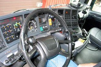 Hytta på trekkvogna av Scania-fabrikat minner mest om en flycockpit. Han spesifiserer selv hengerne som bygges av Vang.