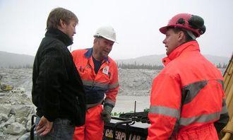 Førerinstruktør for Pon Quipment i Norge og Sverige, Kristian Johansson (t.h.), orienterer maskinførerne Bjørnar Hansen (t.v.) og Roar Nielsen, om maskinens filtersystem.