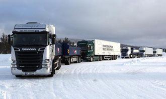 Det var mulig å prøvekjøre i alt 15 lastebiler fra Scania på Scania Winter 2014. Her står noen av dem klare til å bli kjørt ut på hovedveien ned mot sentrum i Trysil.