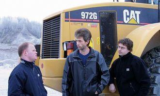 Maskinfører Eirik Lindstrand (midten) forteller om sine erfaringer med Auto Dig til Ole-Petter Holene (t.v.) og Kai Moen fra Pay & Brinck.
