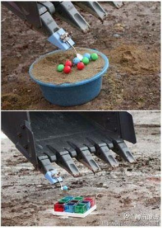 Plukk opp én og én golfball med en skje montert på skuffa og legg den så i rett boks.