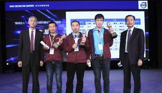 Volvo har ikke skrevet navnet på vinnerne i sin pressemelding, men her står de samme med Lawrence Luo (til høyre), president i Volvo CEs salgsavdeling i Kina, og Qi Jun, formann i China Construction Machinery Association.