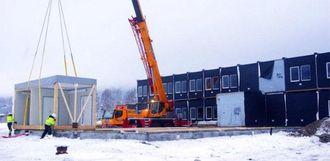 Riggmodulene er produsert i Latvia. De ble skipet til Drammen havn og fraktet derfra på trailere til Ringebu, der de ble heist å plass.