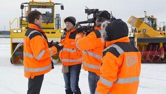 CNNs Richard Quest (nummer to fra venstre) fikk prøve ulike typer utstyr man bruker på Gardermoen for å holde flyplassen i drift i vinterhalvåret.