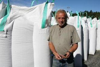 Lars Erik Nielsen skal fordele 70 tonn bildekkgranulat på over 7000 m2 kunstgress.
