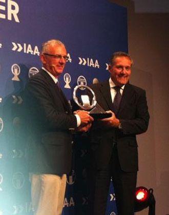 Gianenrico Griffini overrakte prisen til Iveco-sjef Alfredo Altavilla.