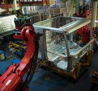 Automatsveising av førerhus på Ivecos fabrikk i Madrid.