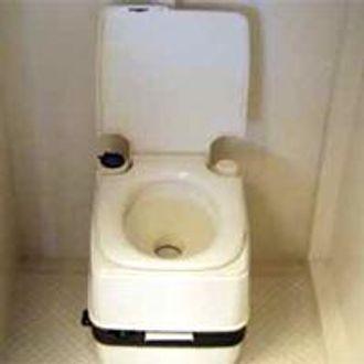 Det er mat, vann, toalett og nødhjelpsutstyr i tilfluktskammeret fra Strata Worldwide.