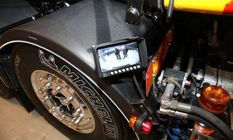 En skjerm ved venstre bakskjerm viser hva som skjer foran lastebilen når den kjøres med fjernstyring.