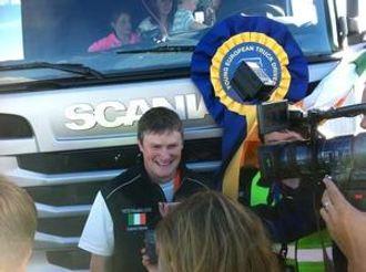 Irske Warde med trofeet. Premien, en Scania R, var det imidlertid vinnerens barn som tok i besittelse (i bakgrunnen).
