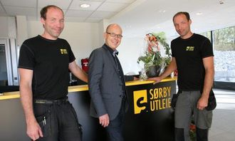 Spydeberg-ordfører Knut Espeland (midten) roser Sørby-brødrenes innsats og pågangsmot. - Lars og Erik har en sentral rolle i kommunens næringsutvikling, sier ordføreren.