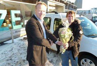 Jan Traaseth (til venstre) gratulerer Jørn Amundsen i Vann- og avløpsetaten som første kjøper av elektrisk Renault Kangoo.