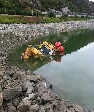 Heldigvis befant det seg ingen mennesker i dozeren da den havnet i vannet.