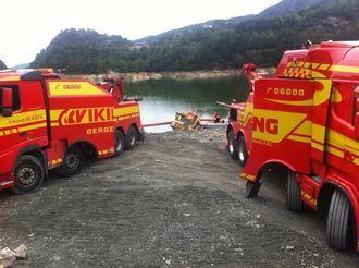 To bergingsbiler klarte å trekke maskinen opp fra vannet.