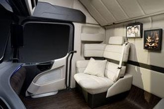 Passasjersetet er byttet ut med en liten sofa. Det er ingen nyhet. Tilsvarende løsning kan leveres på nye Actros.