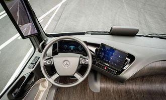 Fremtidens førerplass er i betydelig grad digital. Det store displayet til høyre kan tas ut av holderen og brukes som nettbrett. Legg merke til skjermen på hjørnestolpen. Uten utvendige speil blir aerodynamikken mye bedre, og man slipper dødsonene.