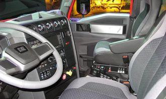 Typisk amerikansk lastebil-interiør, med en ikke fullt så typisk Cat-logo på rattet.
