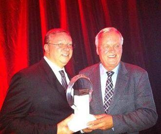 Juryformann Pieter Wieman (til høyre) delte ut prisen til Paul Randle, Global Vehicle Line Director for Ford of Europe Commercial Vehicles.
