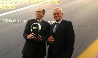 Stephen Lesh, programdirektør Ford of Europe (t.v.), og formann i IVOY-juryen Pieter Wieman under utdelingen av trofeet.