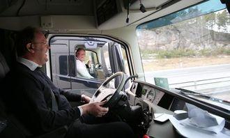 AT.no fikk sitte på med Lars Utne i bilen han hentet til Utne Transport. Her kjøres det side ved side over Svinesundbrua. Stemningen er upåklagelig!