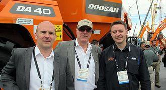 Trekløveret Jan Roger Lindseth, Jøran Søbstad og Mats Haukebø får sentrale roller i Doosans dumperorganisasjon, alle stasjonert i Fræna.