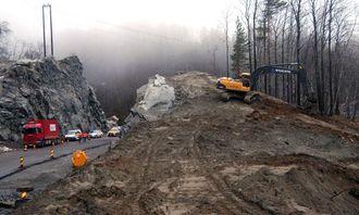 Deler av nyanlegget er bygget med dobbelt fjellskjæring. Til høyre pågår planering av sidearealet.