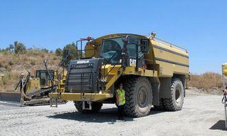 På et Cat tipptruckchassis er det bygd en spesialutstyrt vanningsbil med 13.000 liters tank levert av påbyggeren MECA. Vannet er høyst nødvendig for å holde støvplagen i sjakk på det tørre ørkenaktige test- og demoområdet.