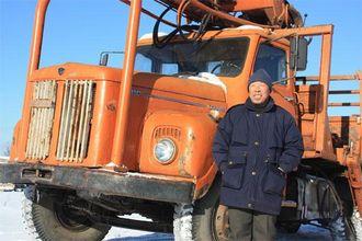 Zhou Zhenqing kjørte tømmerbilen da han var lærling, og forteller at den ble kjørt svært forsiktig.