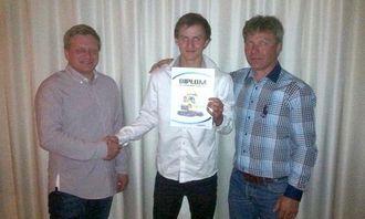 Kevin Koppen (midten) ble nordnorsk mester i maskinkjøring. Her flankert av Kjell Kåre Espedal (t.v.) og Roger Wang fra Hesselberg Maskin.