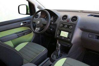 Interiøret i Caddy Cross, med to-tonede seter og eget design på rattet.