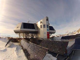 Basen med solcellepaneler på rekke og rad.