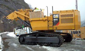 Pon Equipment i ferd med å montere forgraveren hos Oster Brudd på Eikefet i Lindås kommune.