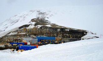 Anlegget ved Lunckefjell - tunnelene til gruven går inn i bakkant.