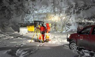 Start tunnelarbeider januar 2013, Saban Karis og Martin Øen ved totalstasjonen.