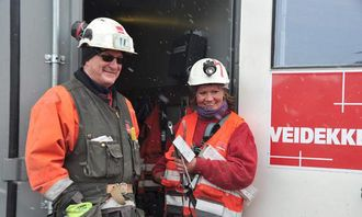 Ivar Brønlund og Eirin Persen trives godt på anlegget inne på fjellet på Svalbard.