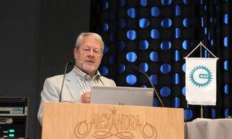 Prosjektleder ferjefri E39 i Statens vegvesen, Olav Egil Ellevset, på talerstolen på Holtel Alexandra under Loen-dagene i september 2013.