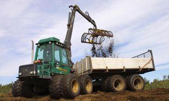 Lassbæreren Timberjack 1210 er bygd om til en selvlastende utkjøringsmaskin. Lars Martin Gjein laster og kjører.