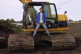 Den mest bredbeinte av torvmaskinene til Bjørn Gjein, er Cat-graveren 312C (16-tonn) som har 1,4 m brede belteplater.