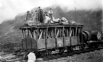 Kassevogn med oppbygg for tunnelrensk med mannskap, etter ras over vognen i Hundalen tunnel. Kabeltromler med telegrafkabler er med på lasset.