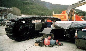 Hitachi-graveren kom til Norsk Stein AS i smådeler, og ble montert av en japaner, en hollende og mekanikere fra Nanset Standard. Bare beltehøyden er på høyde med en fullvoksen mann.